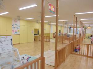 ワンフロアで開放的な保育室です